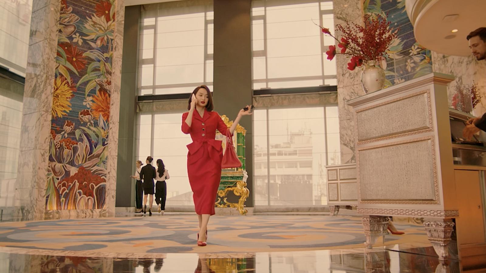 """Hé lộ cuộc sống siêu sang chảnh của Kaity Nguyễn trong """"Gái già lắm chiêu V"""""""