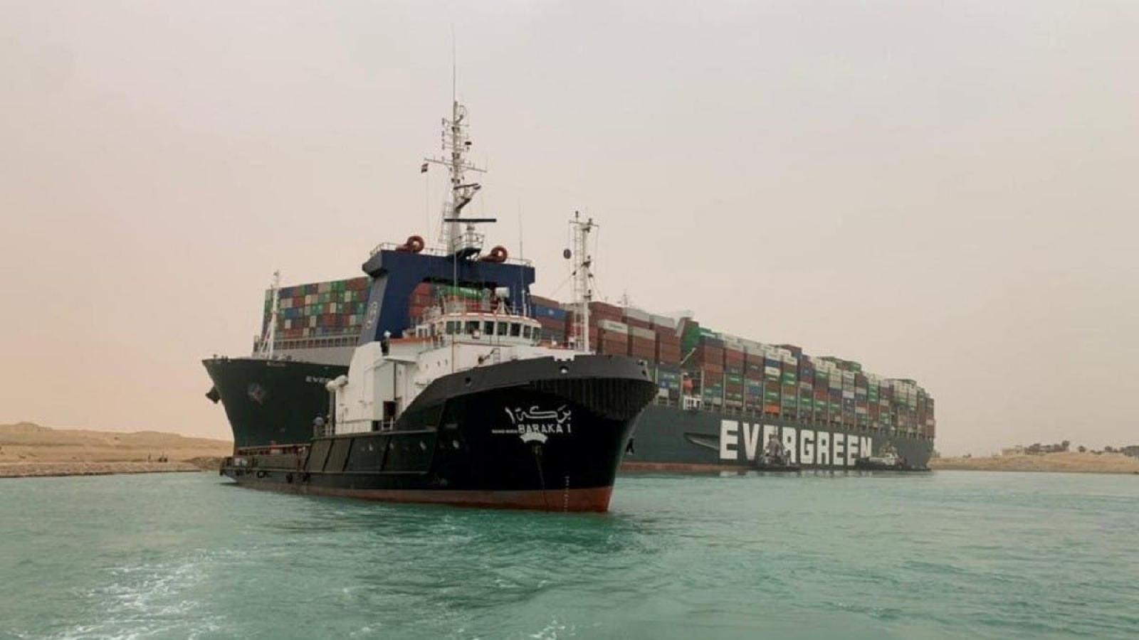 Thủy triều thấp cản trở nỗ lực giải cứu tàu mắc kẹt ở kênh đào Suez