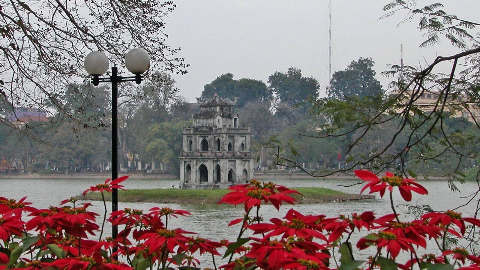 Thời tiết hôm nay: Hà Nội mưa nhỏ vào sáng sớm, Nam Bộ nắng nóng kéo dài