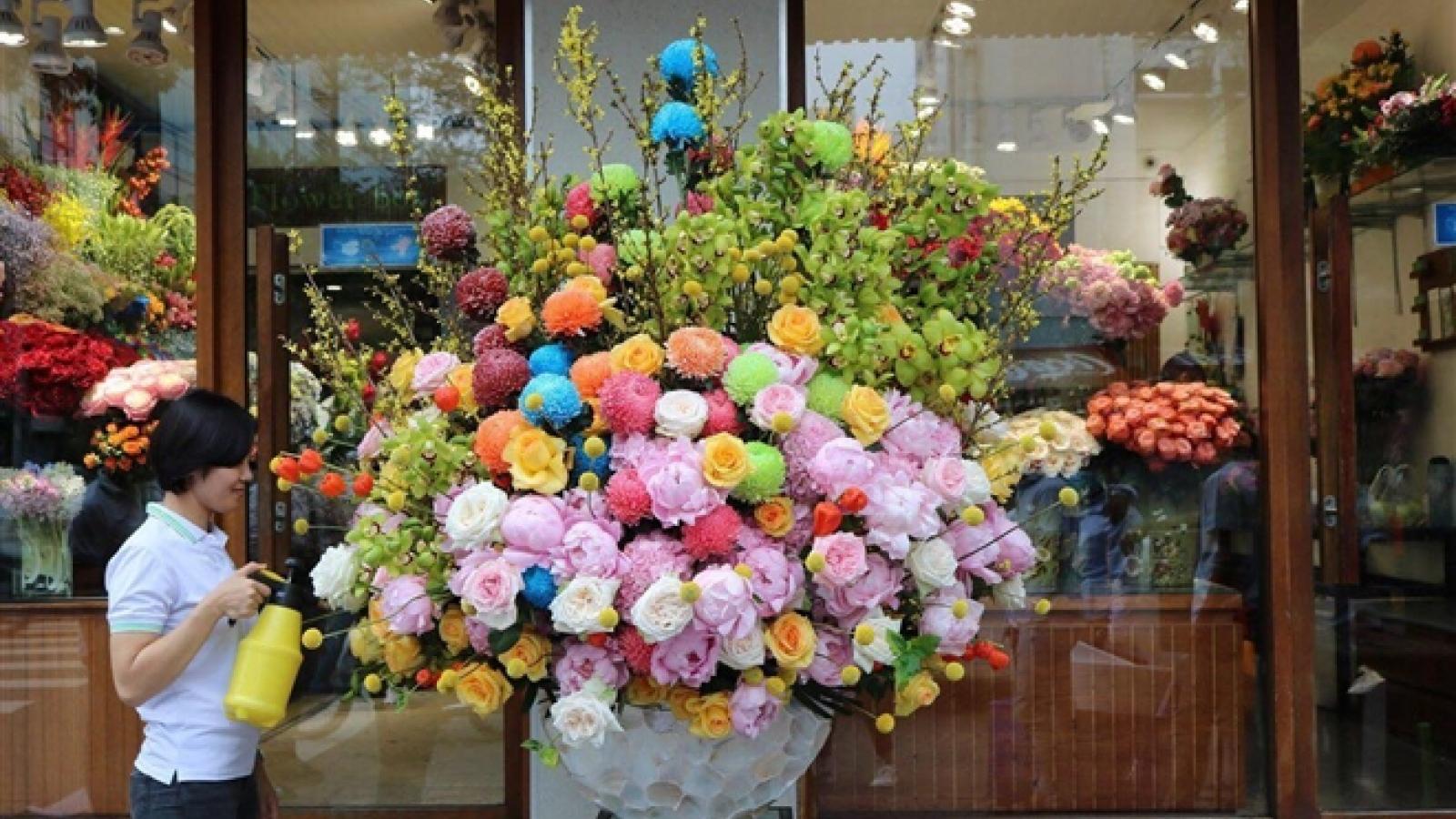 Bình hoa tặng 8/3 giá 65 triệu đồng có gì đặc biệt?