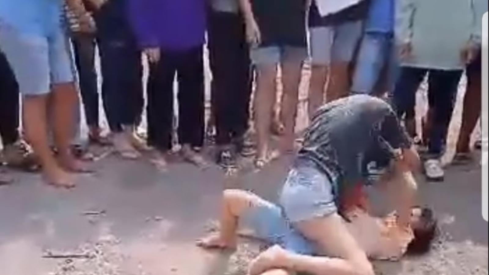 Làm rõ vụ 2 nữ sinh đánh nhau, đám đông cổ vũ và quay clip tung lên mạng