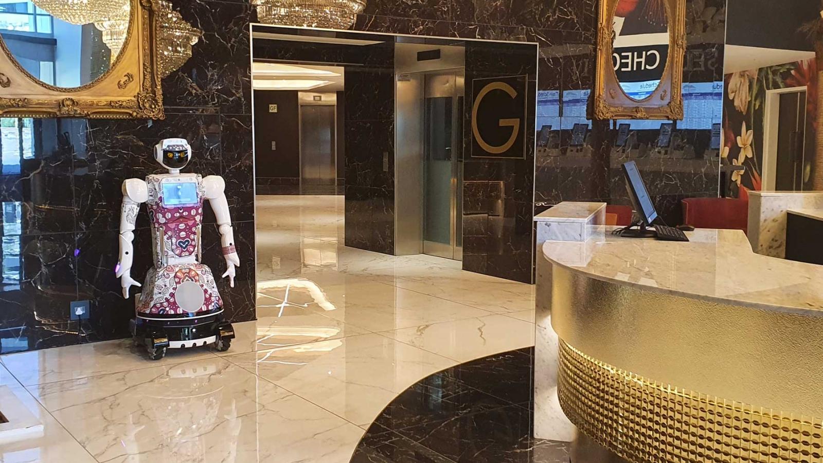 Khách sạn sang trọng dùng rô-bốt để phục vụ khách