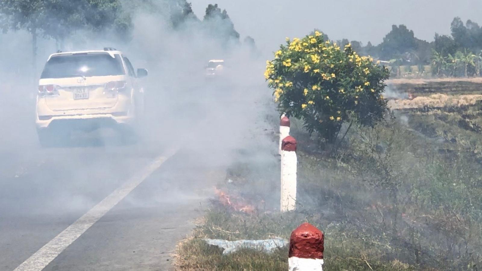 Tiềm ẩn nhiều nguy cơ từ việc nông dân đốt rơm rạ trên cánh đồng