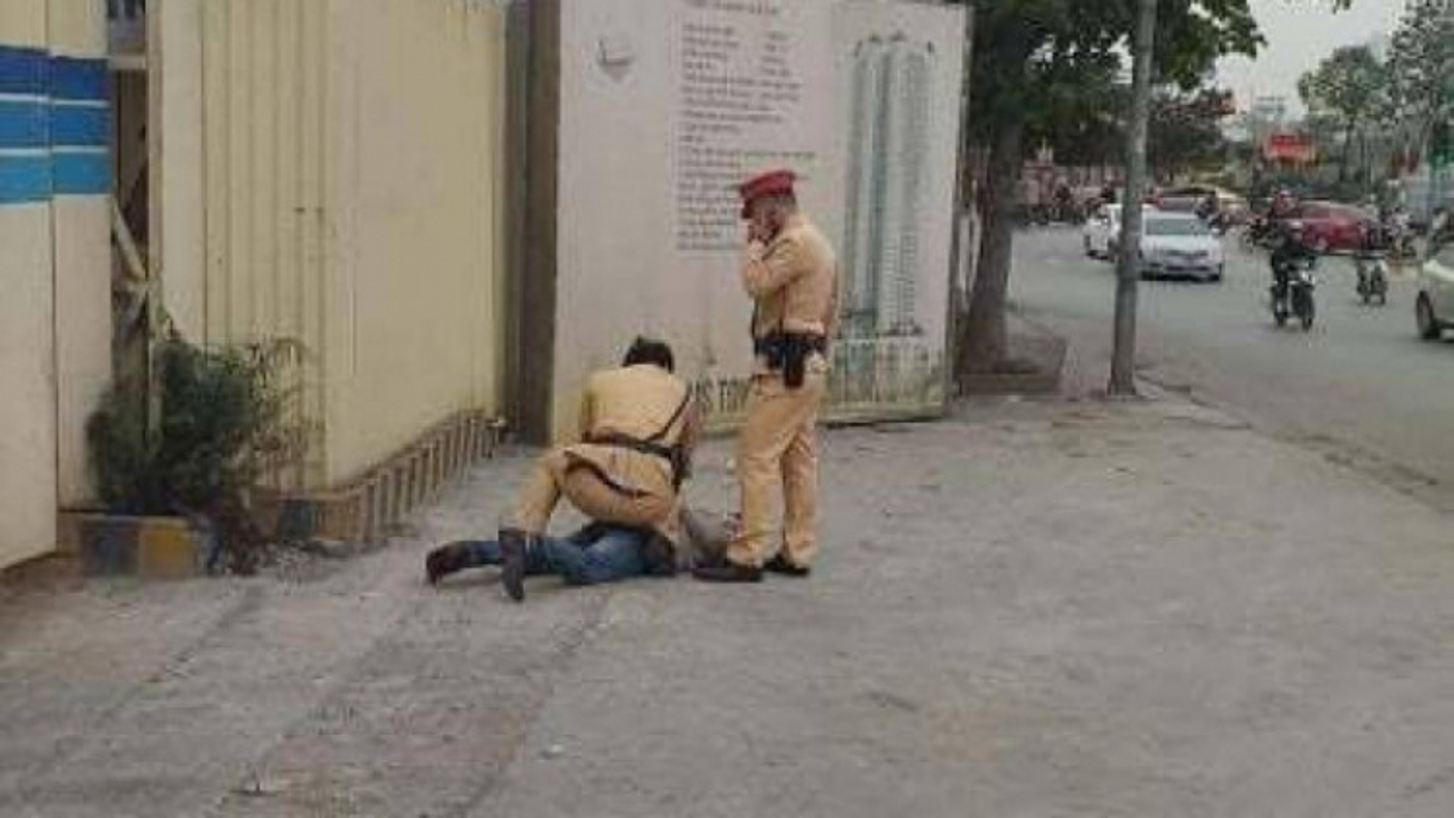 Tài xế say xỉn đấm Thượng úy công an ở Hà Nội