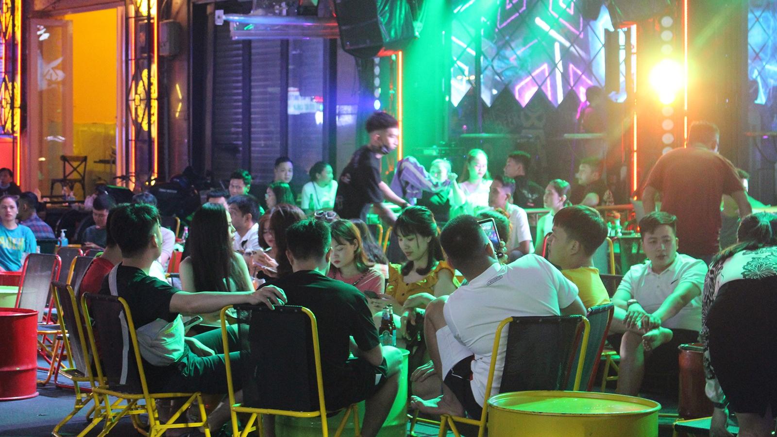 Quán bar, karaoke tại TPHCM nhộn nhịp sau khi hoạt động trở lại