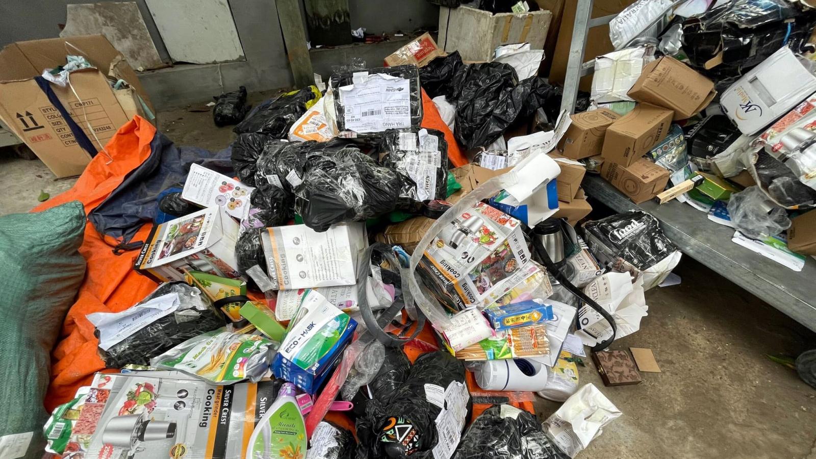 Đột kích kho hàng tiêu dùng nhập lậu và giả mạo cực lớn tại Hà Nội