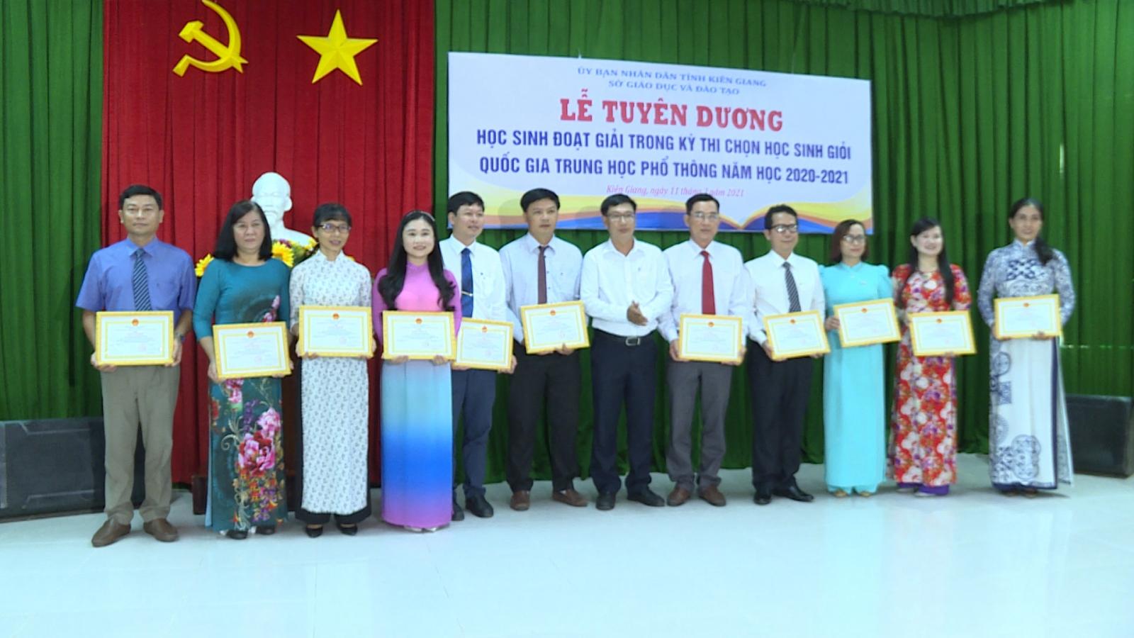 """KiênGiang tuyên dương, thưởng """"khủng"""" cho học sinh giỏi quốc gia THPT"""
