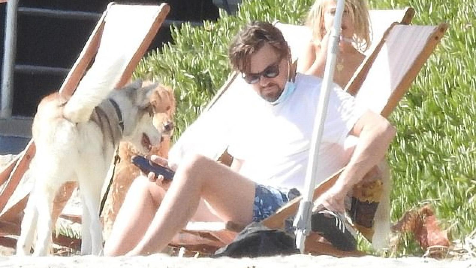 Leonardo DiCaprio và bạn gái diện đồ đồng điệu đi chơi biển