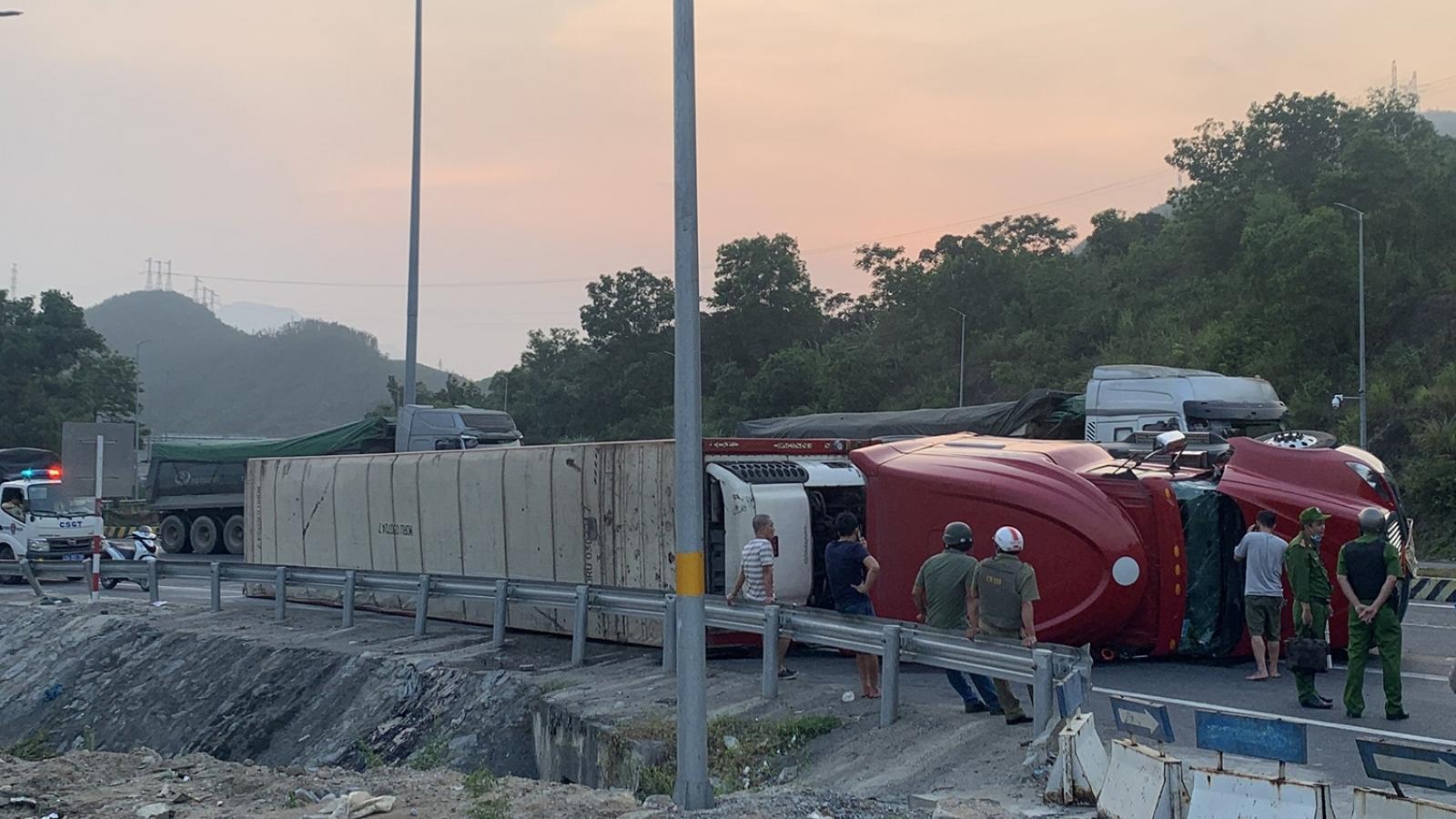 Xe container lật trên đường dẫn vào hầm Hải Vân