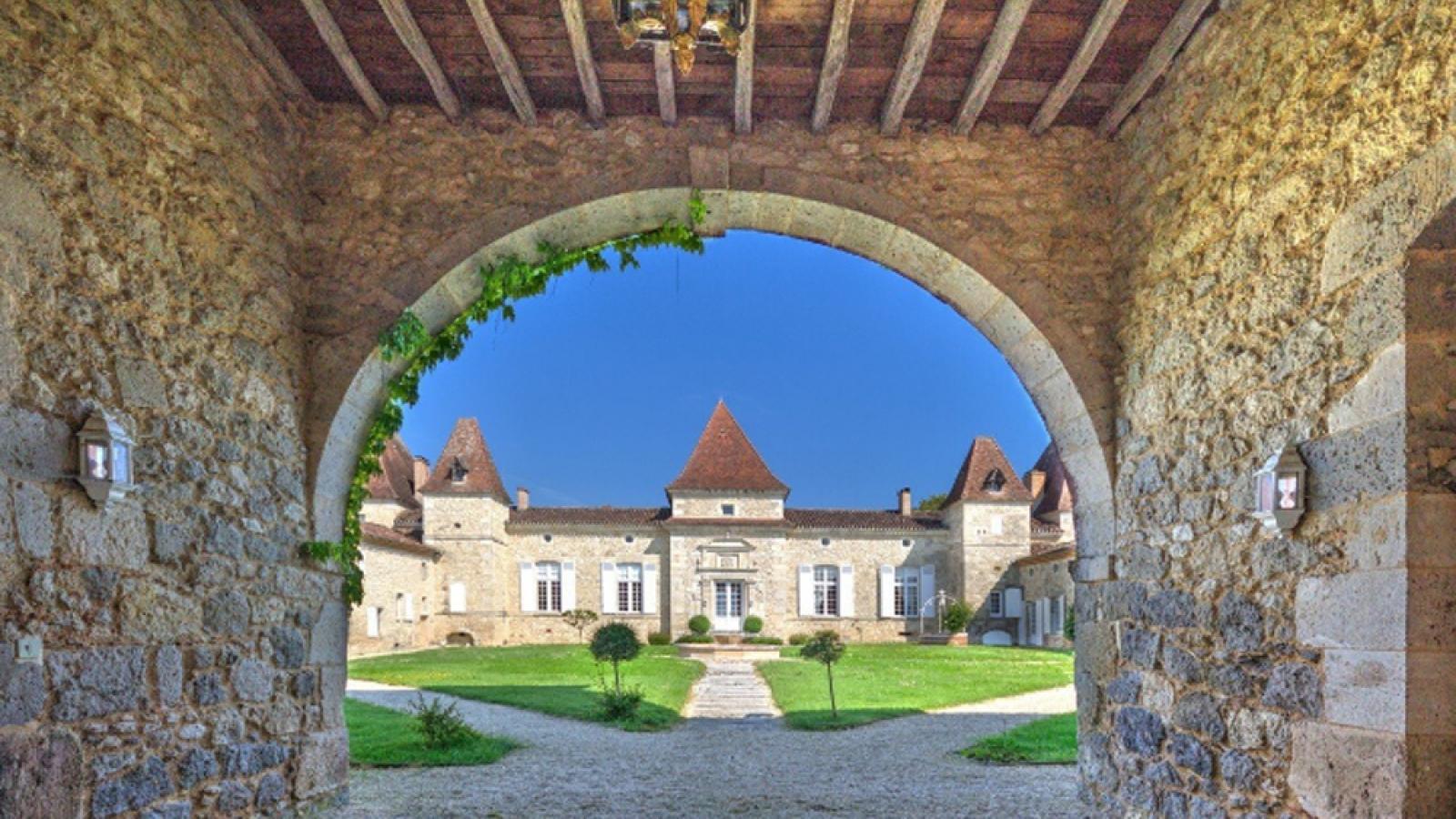 Vì sao giới nhà giàu Trung Quốc đổ xô tìm mua lâu đài ở châu Âu?