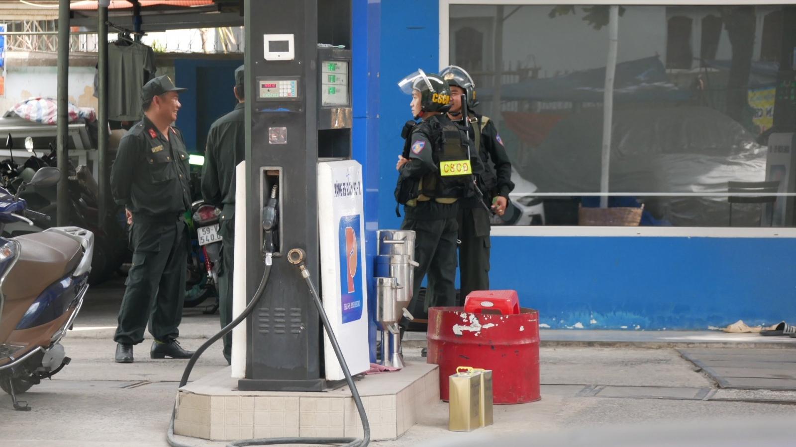 Cảnh sát đang phong tỏa một cửa hàng xăng dầu ở TPHCM