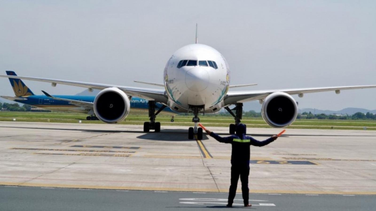 """Báo động tình trạng phi công lái máy bay """"đè vạch"""" tại sân bay Nội Bài"""