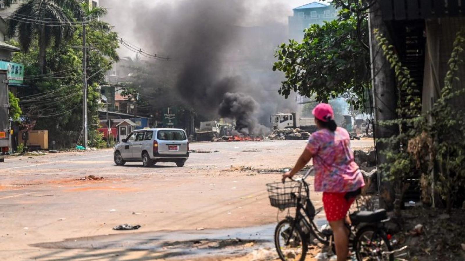 Dòng người lũ lượt rời khỏi thành phố Yangon của Myanmar
