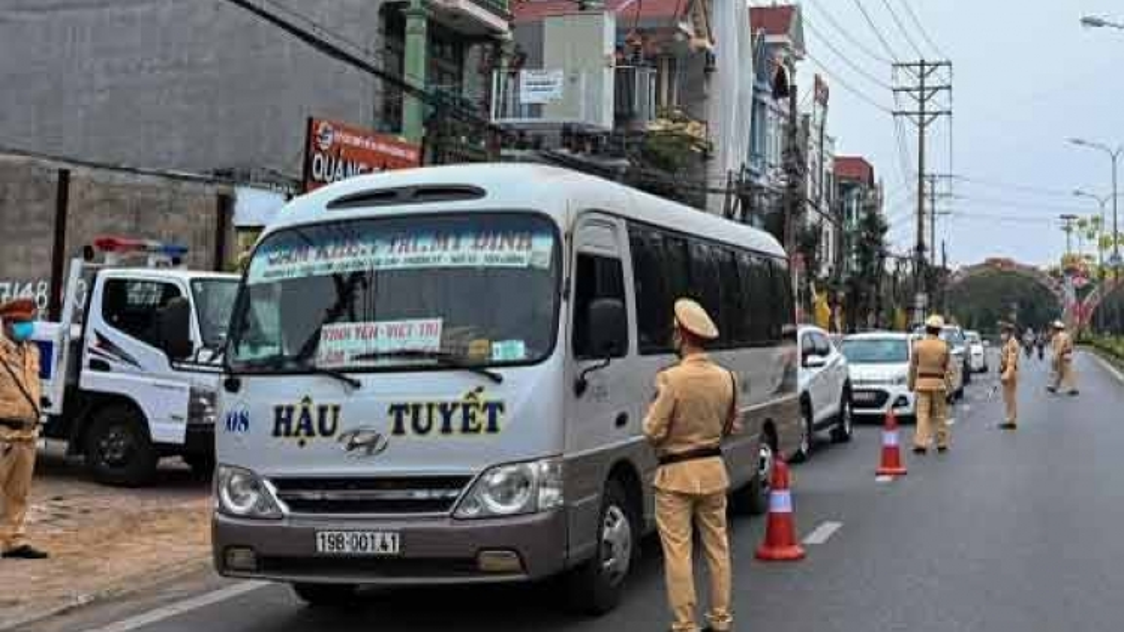 Cảnh sát giao thôngtoàn quốc tăng cường ngăn chặn người xuất nhập cảnh trái phép
