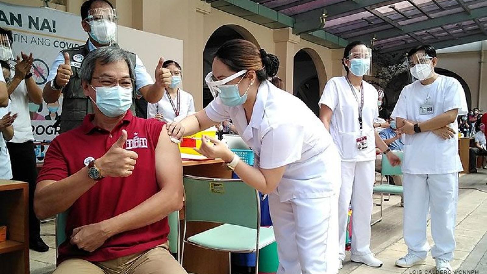 Philippines bắt đầu tiêm chủng sau khi nhận lô vaccine Covid-19 đầu tiên từ Trung Quốc