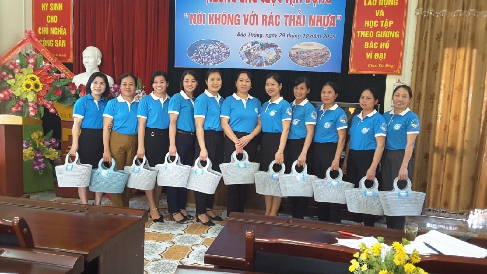 Phụ nữ Lào Cai dùng làn nhựa để giảm... rác thải nhựa