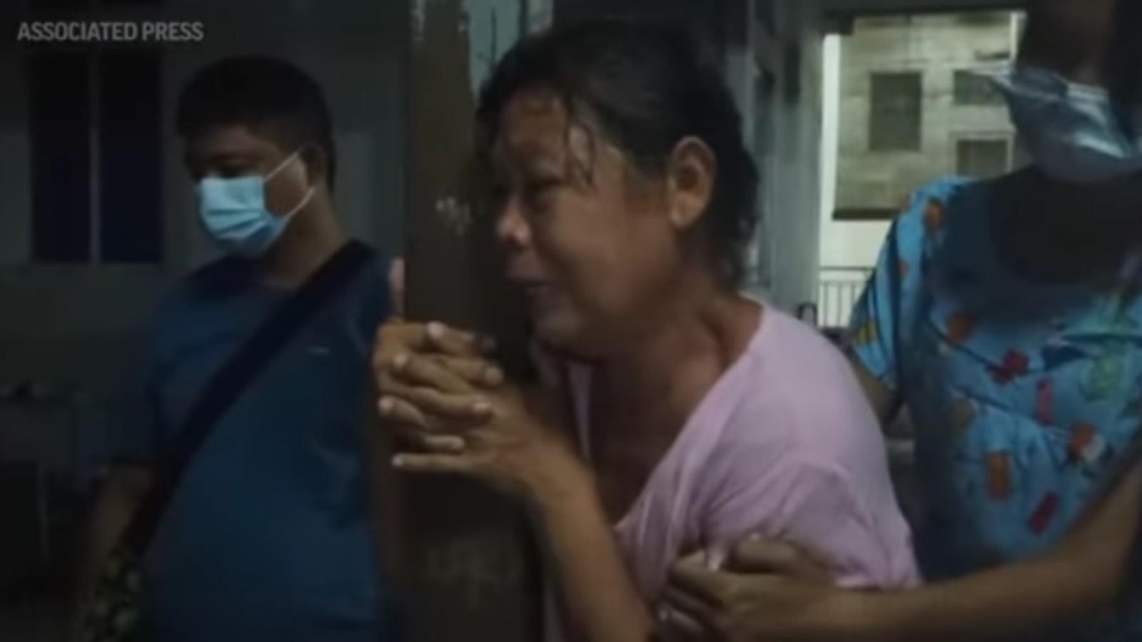 Người dân Myanmar khóc nấc khi đón nhận thi thể người thân bị bắn chết trong biểu tình