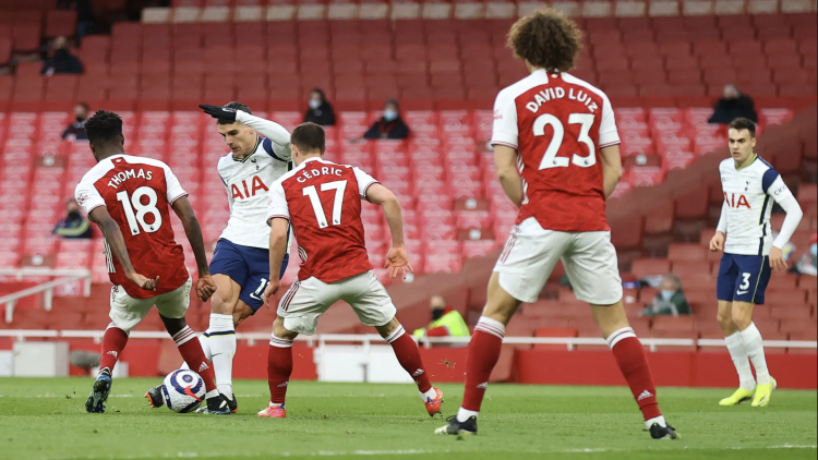 Lamela lập siêu phẩm rabona rồi nhận thẻ đỏ, Tottenham thua ngược 1-2 trên sân Arsenal