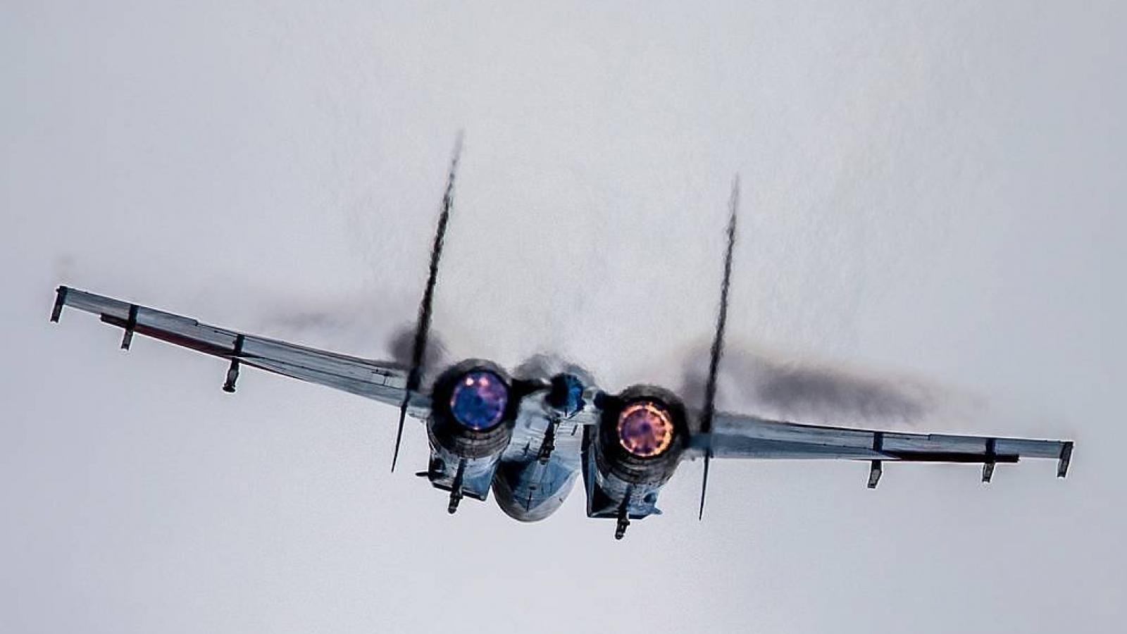 Tiêm kích Su-27 Nga chặn oanh tạc cơ Mỹ trên biển Baltic