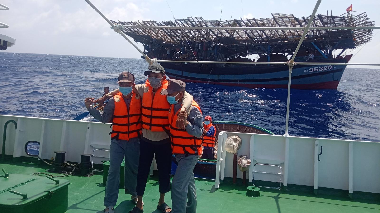 Tàu KN411 cứu hộ tàu câu mực cùng 40 ngư dân trên biển