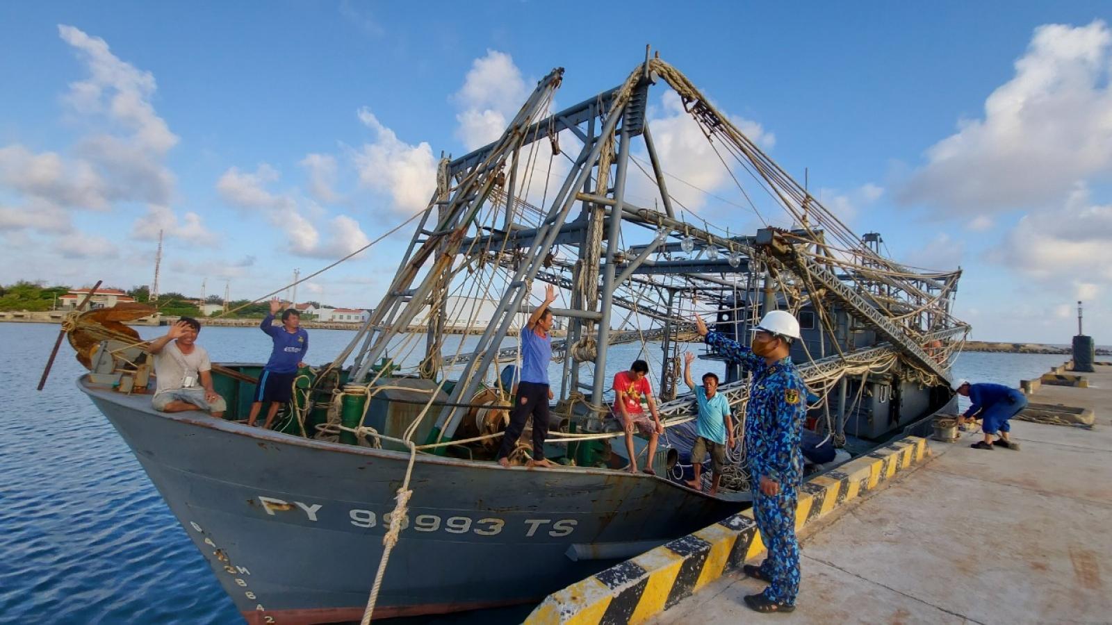 Tổng Công ty Tân CảngSài Gòn kịp thời khắc phục sự cố xảy ra với hai tàu cá Phú Yên