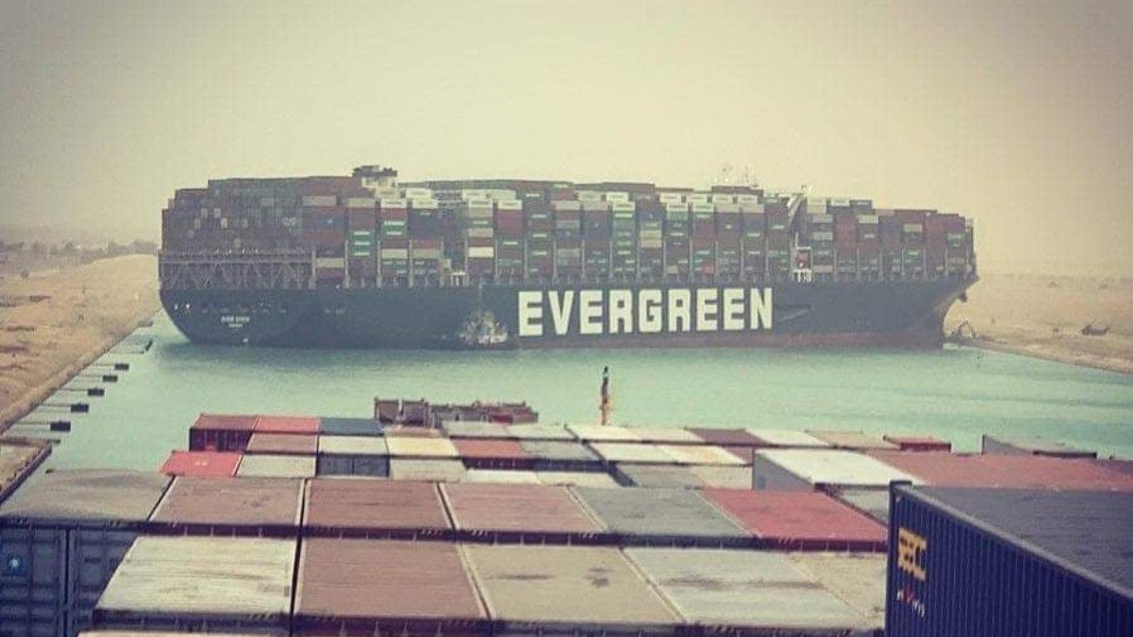 Siêu tàu container mắc kẹt khiến kênh đào Suez tắc nghẽn nghiêm trọng