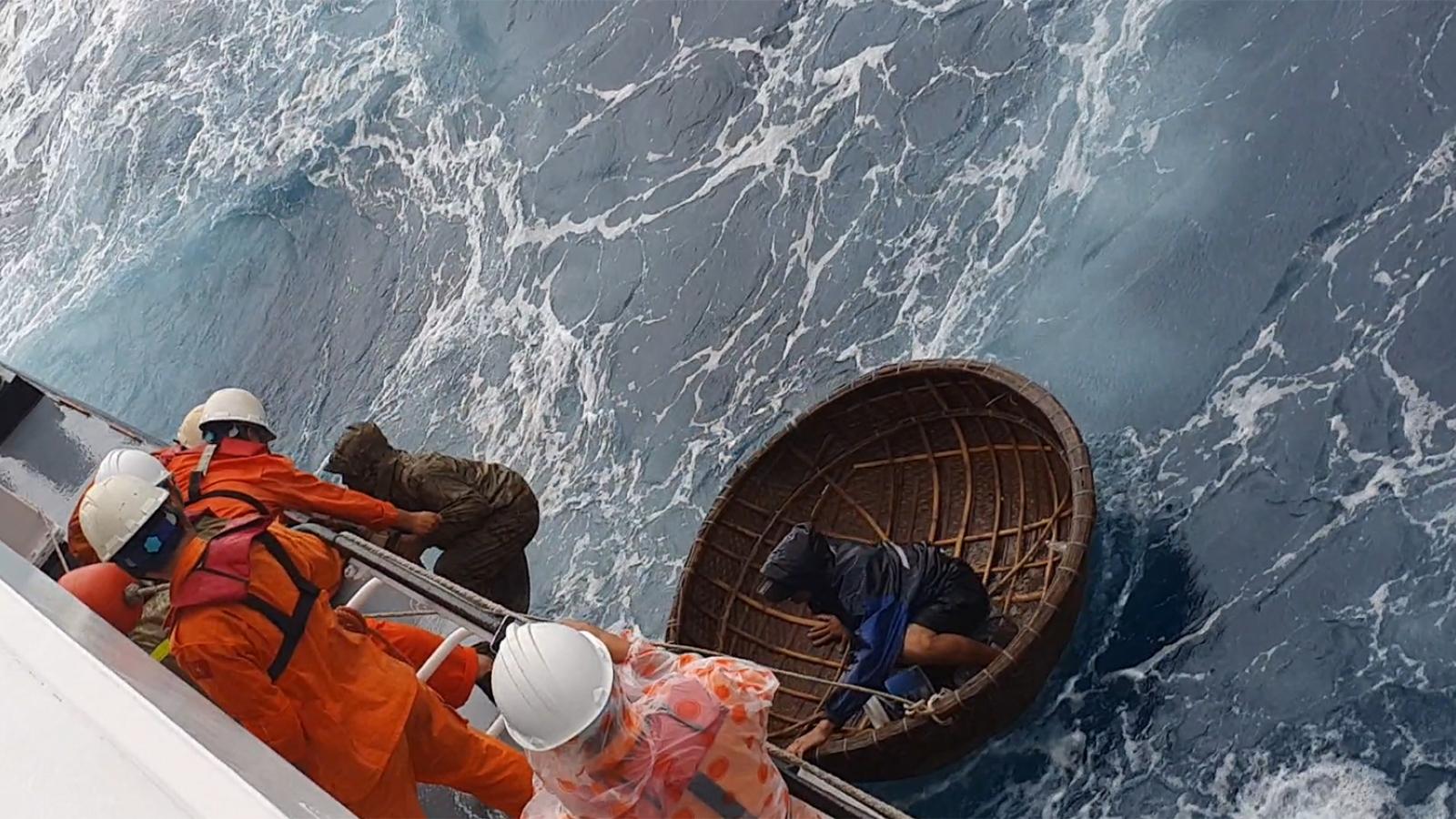 Cứu 2 thuyền viên trên tàu cá bị chìm ở vùng biển tỉnh Quảng Nam