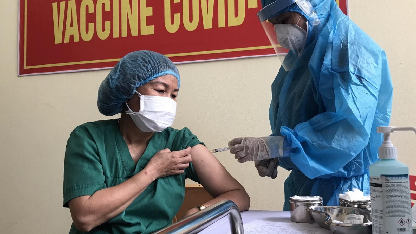 Đà Nẵng tiêm vaccine phòng Covid-19 cho 100 người đầu tiên