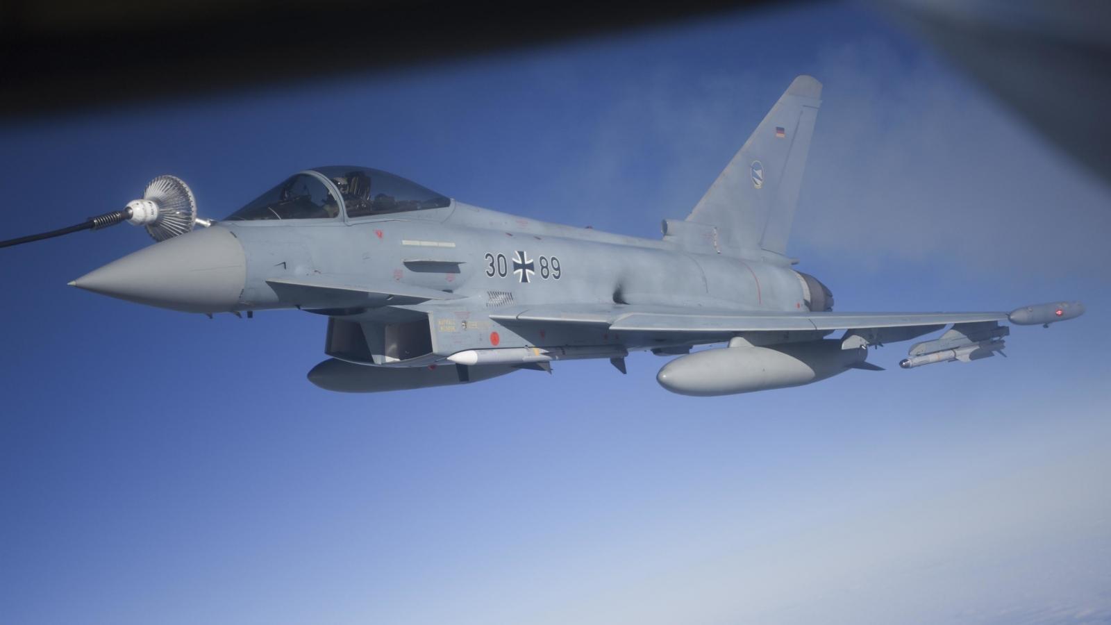 Xem máy bay KC-135R tiếp nhiên liệu cho tiêm kích Eurofighter Typhoon và Tornado