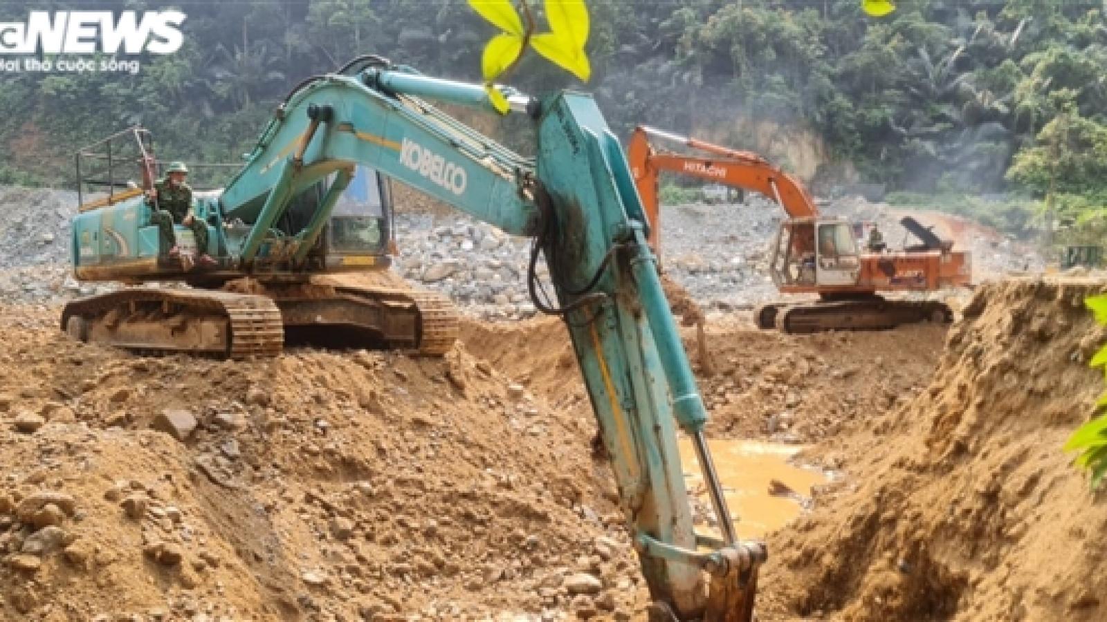 Cận cảnh 6 ngày đào đất, hút nước tìm 11 công nhân còn mất tích ở Rào Trăng