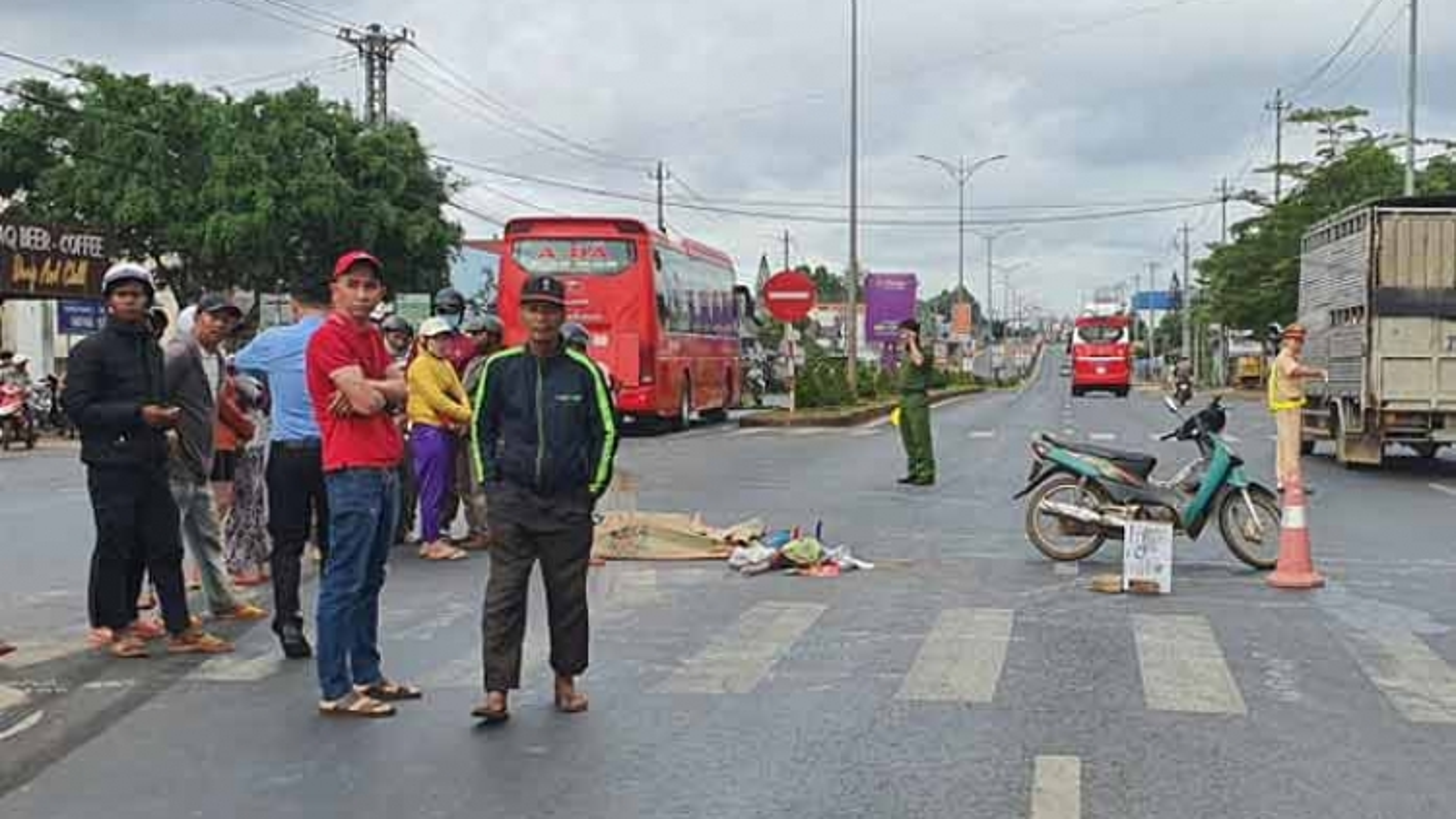 Xe khách tông xe máy từ phía sau, 1 người người chết, 2 người trọng thương