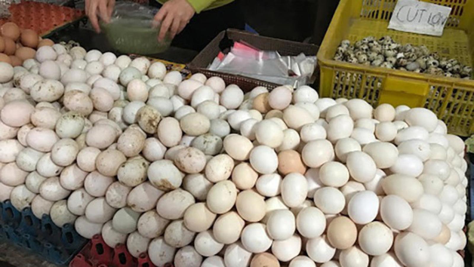 """Trứng gà rẻ được rao bán la liệt, nhiều người mua cả khay """"giải cứu"""""""