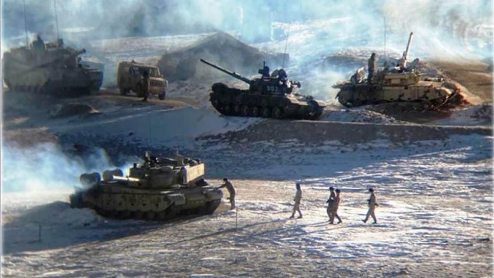 Hình ảnh Trung Quốc rút binh sĩ và xe tăng khỏi vùng tranh chấp nóng với Ấn Độ