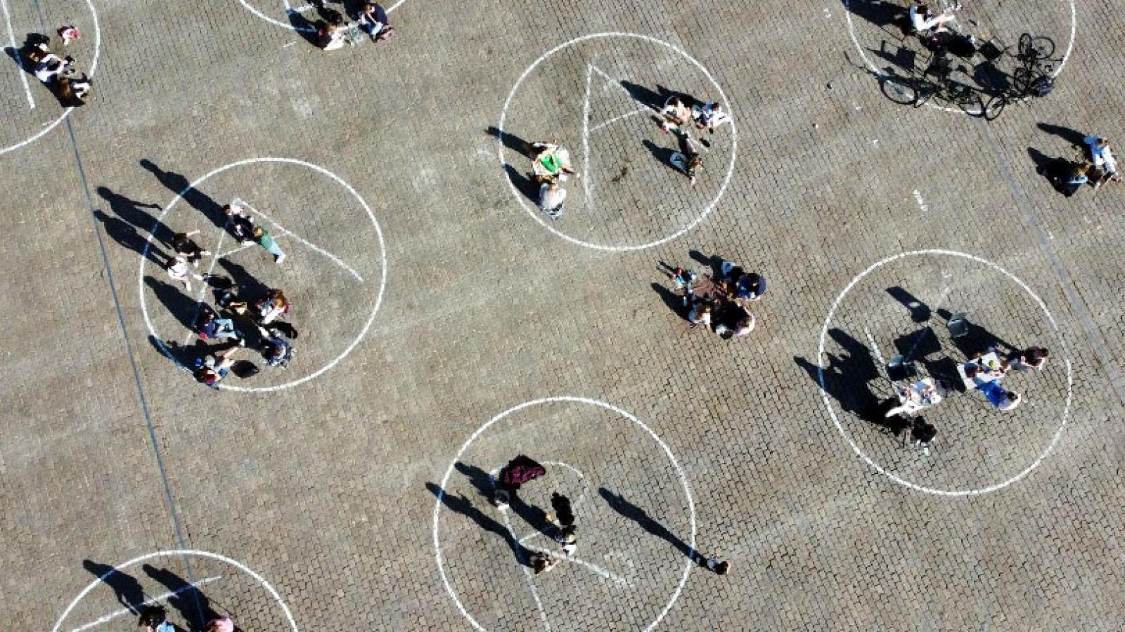 """Độc đáo ý tưởng """"Vòng tròn"""" giãn cách Covid-19 ở Bỉ"""