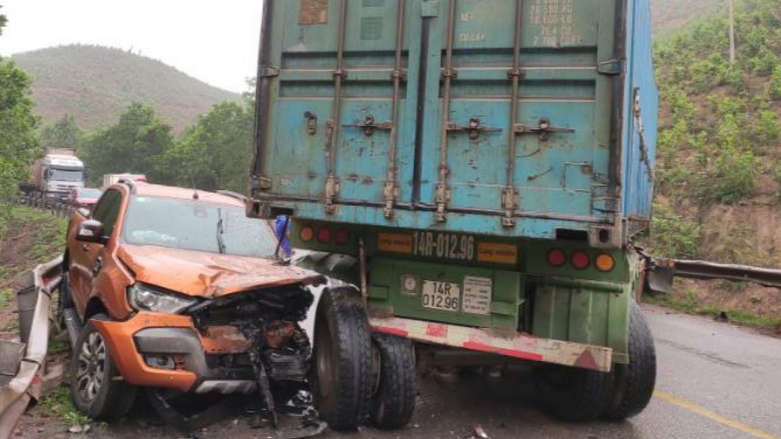 Xe container mất lái đâm vào xe bán tải gây tắc cục bộ QL 18