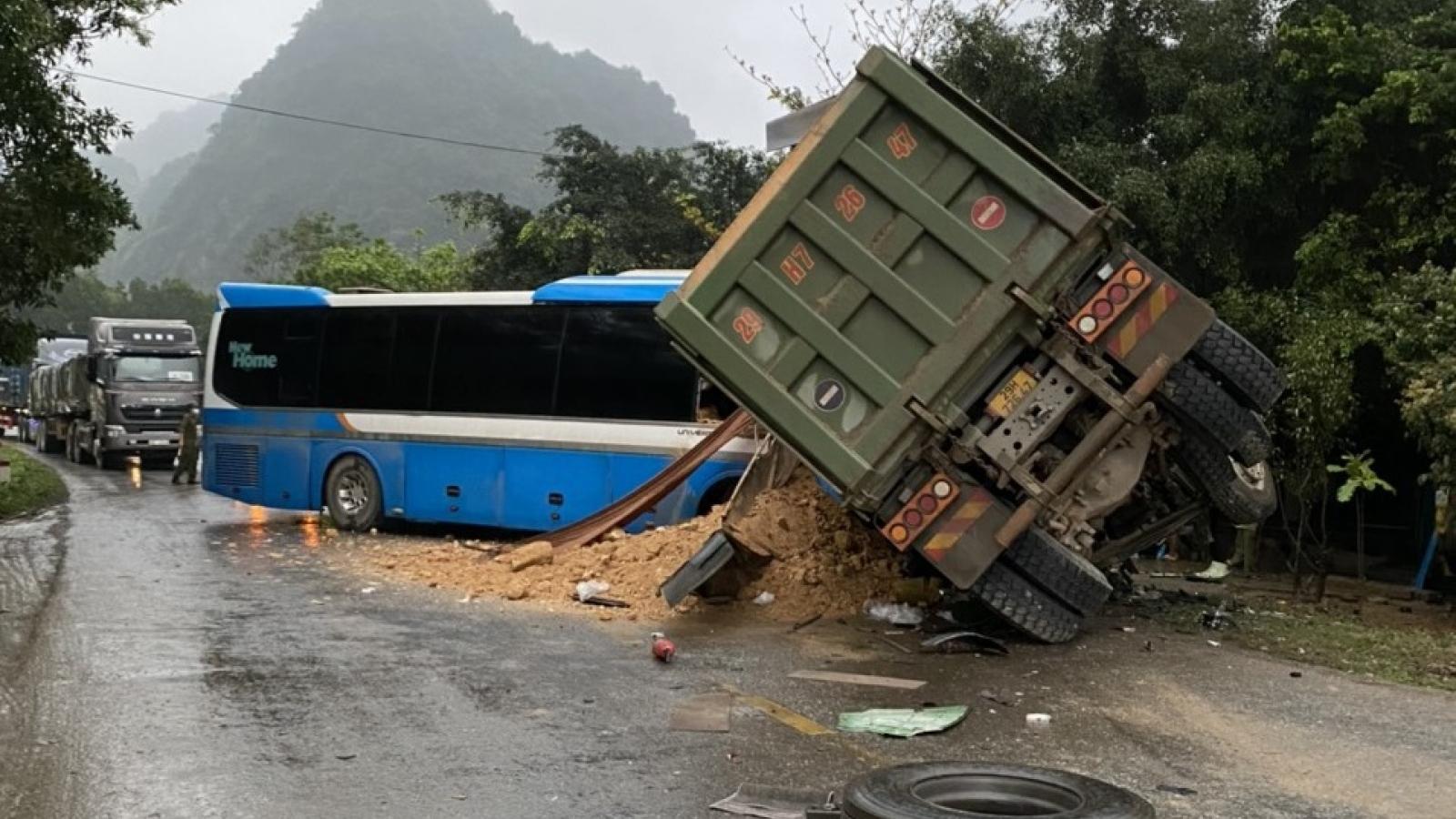 Xe tải và xe khách tông nhau kinh hoàng, 3 người tử vong tại chỗ
