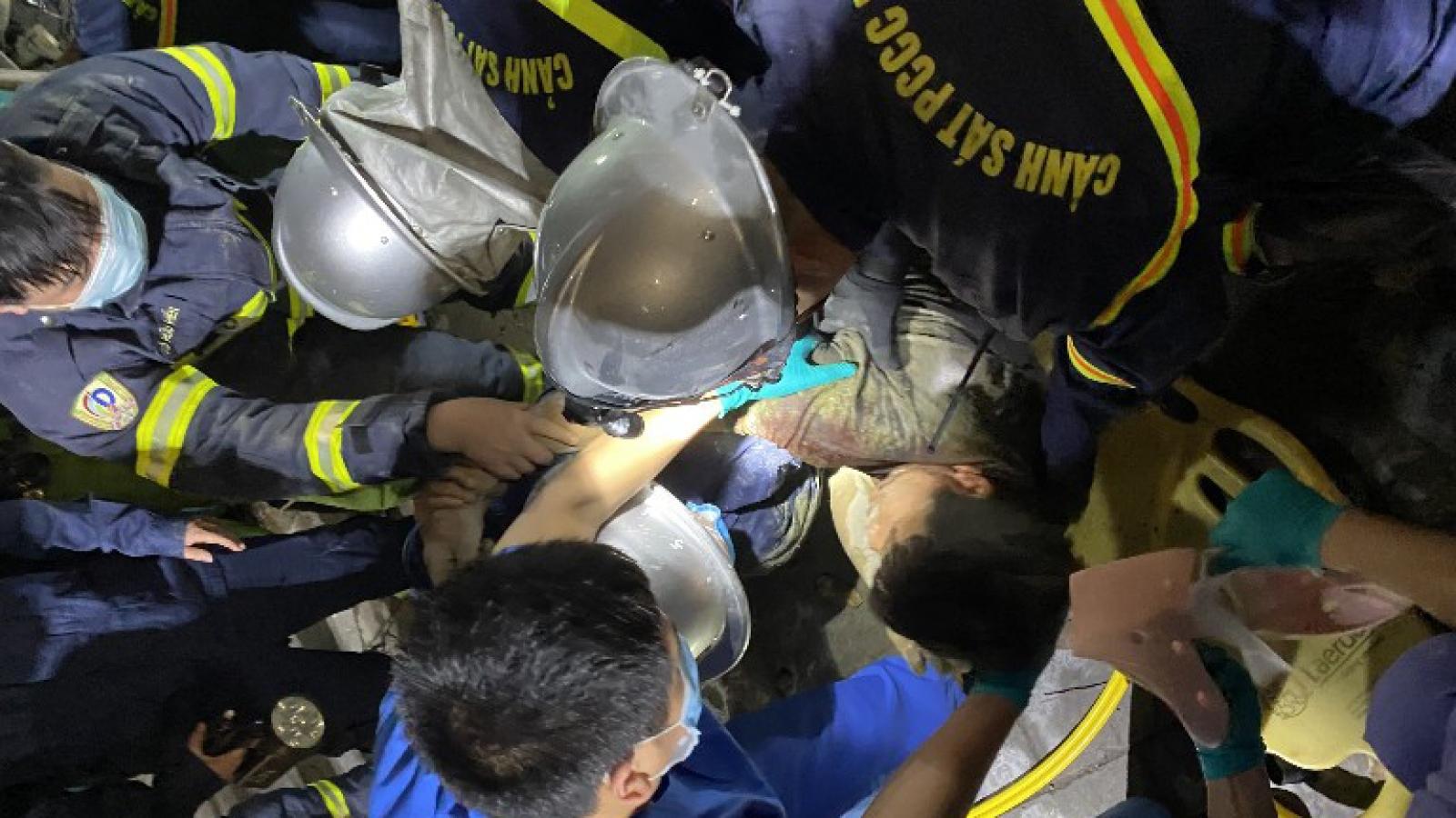 Sập giàn giáo ở Hà Nội trong đêm, người đàn ông bị mắc kẹt
