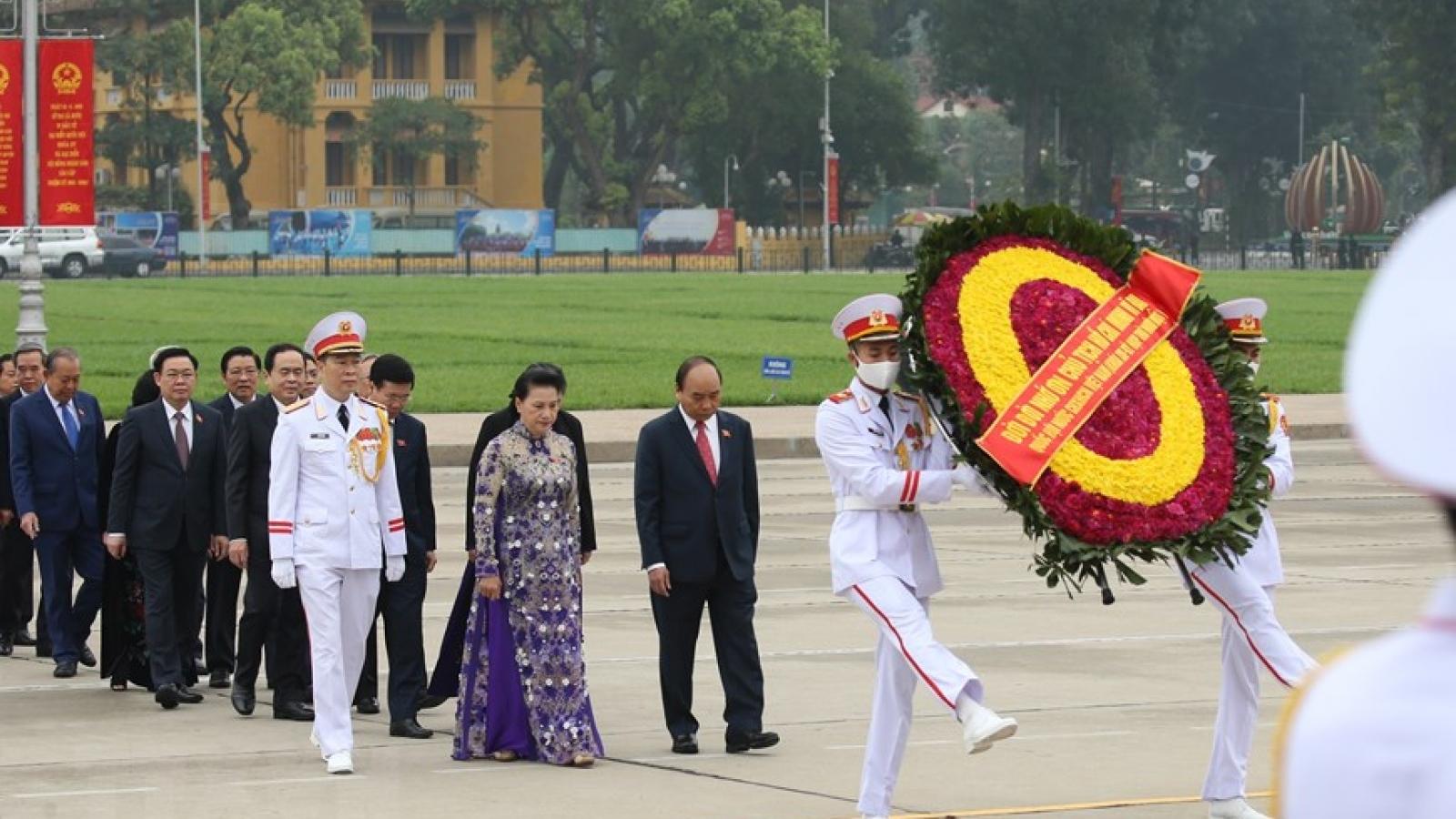 Đại biểu Quốc hội dự kỳ họp thứ 11 vào Lăng viếng Chủ tịch Hồ Chí Minh