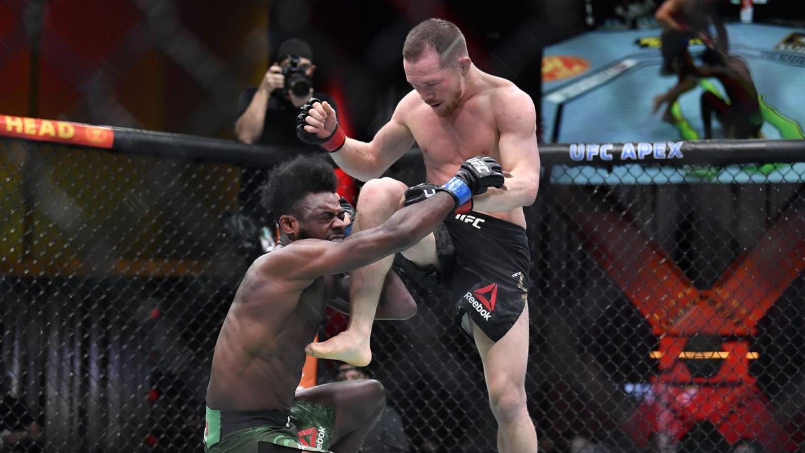 Võ sĩ mất đai vô địch UFC vì tung đòn lên gối sai luật