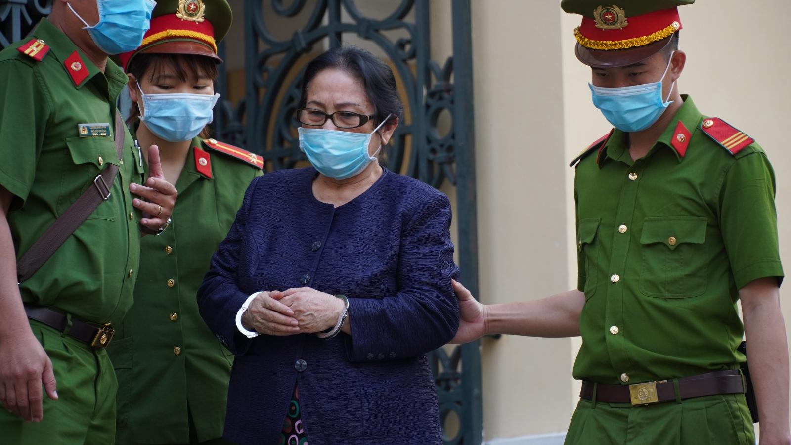 Bị cáo Dương Thị Bạch Diệp gào khóc, các luật sư đề nghị tạm dừng phiên tòa