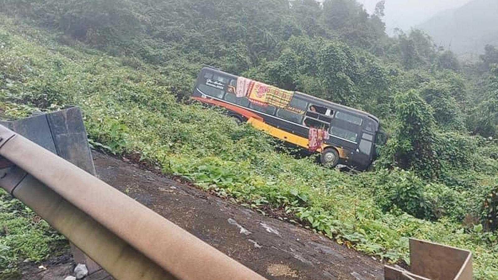 Xe khách chở 22 người lao xuống vực ở Quảng Bình