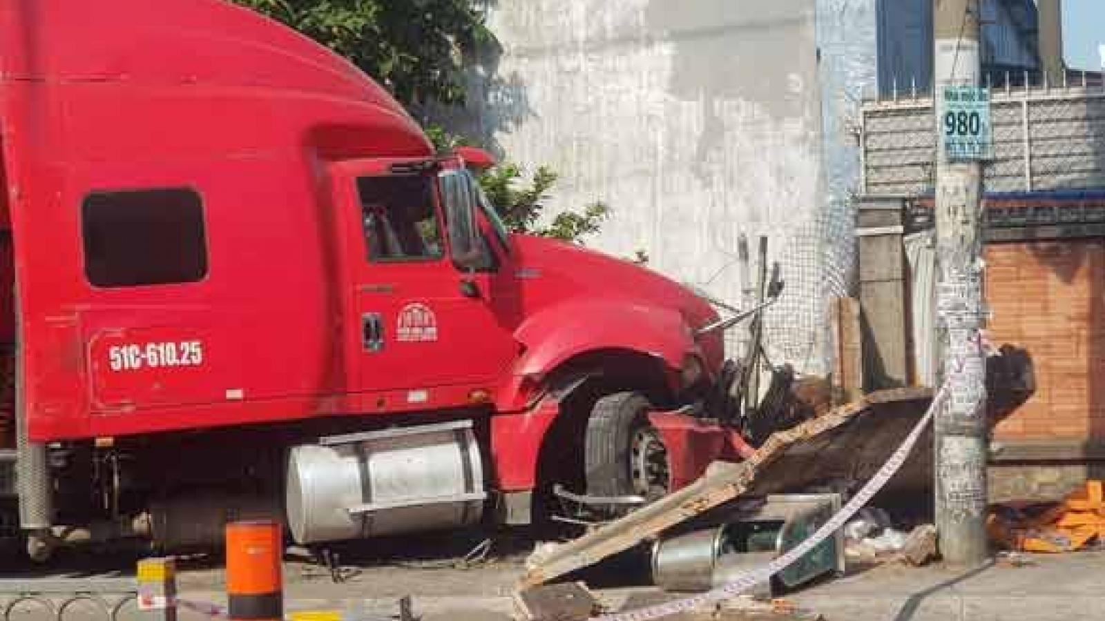 Xe container lao qua đường cán nát xe máy, người đàn ông kịp nhảy khỏi xe thoát chết