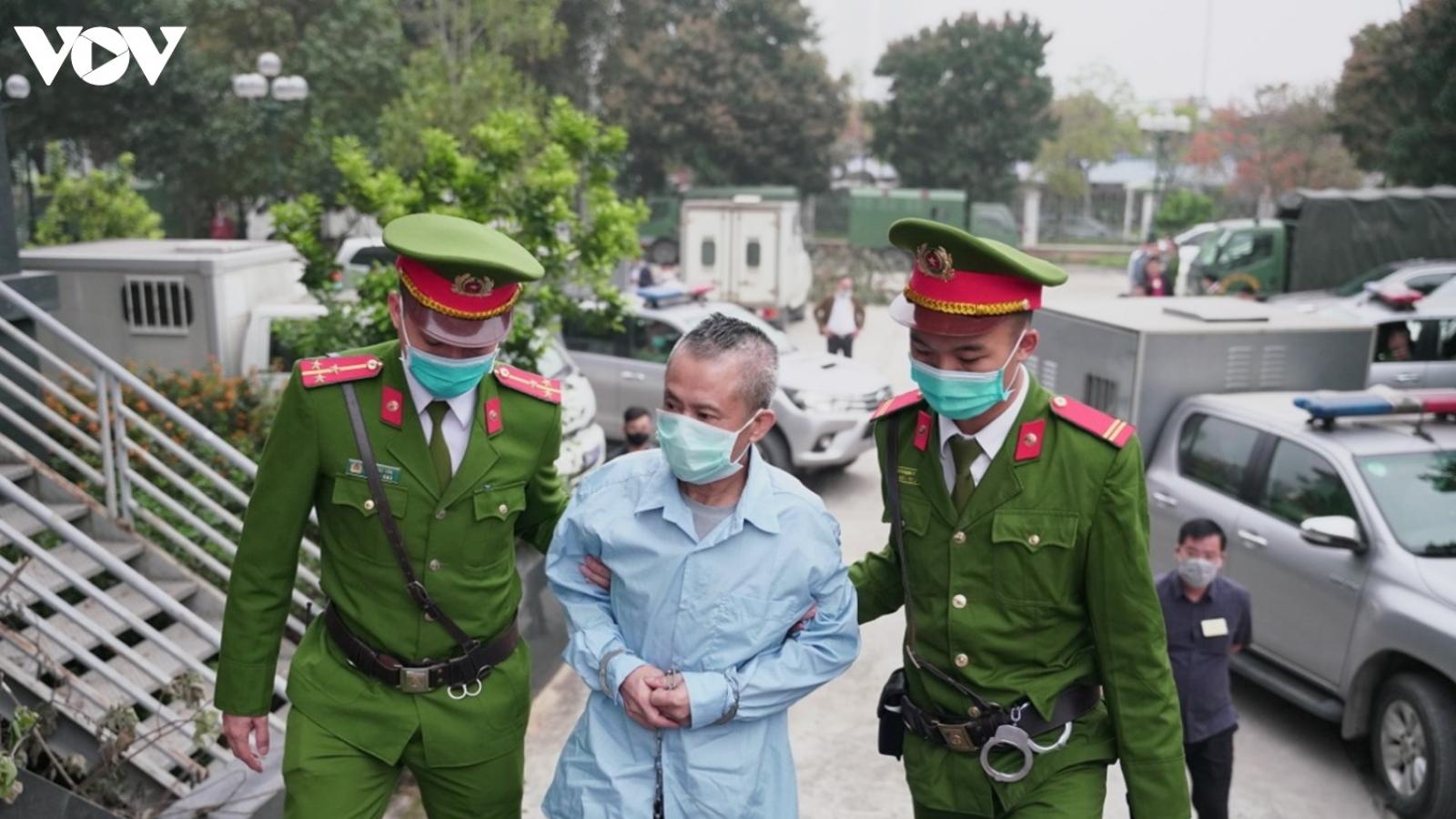 Dẫn giải bị cáo vụ Đồng Tâm vào phiên xử phúc thẩm, 1 bị cáo không chịu đeo khẩu trang
