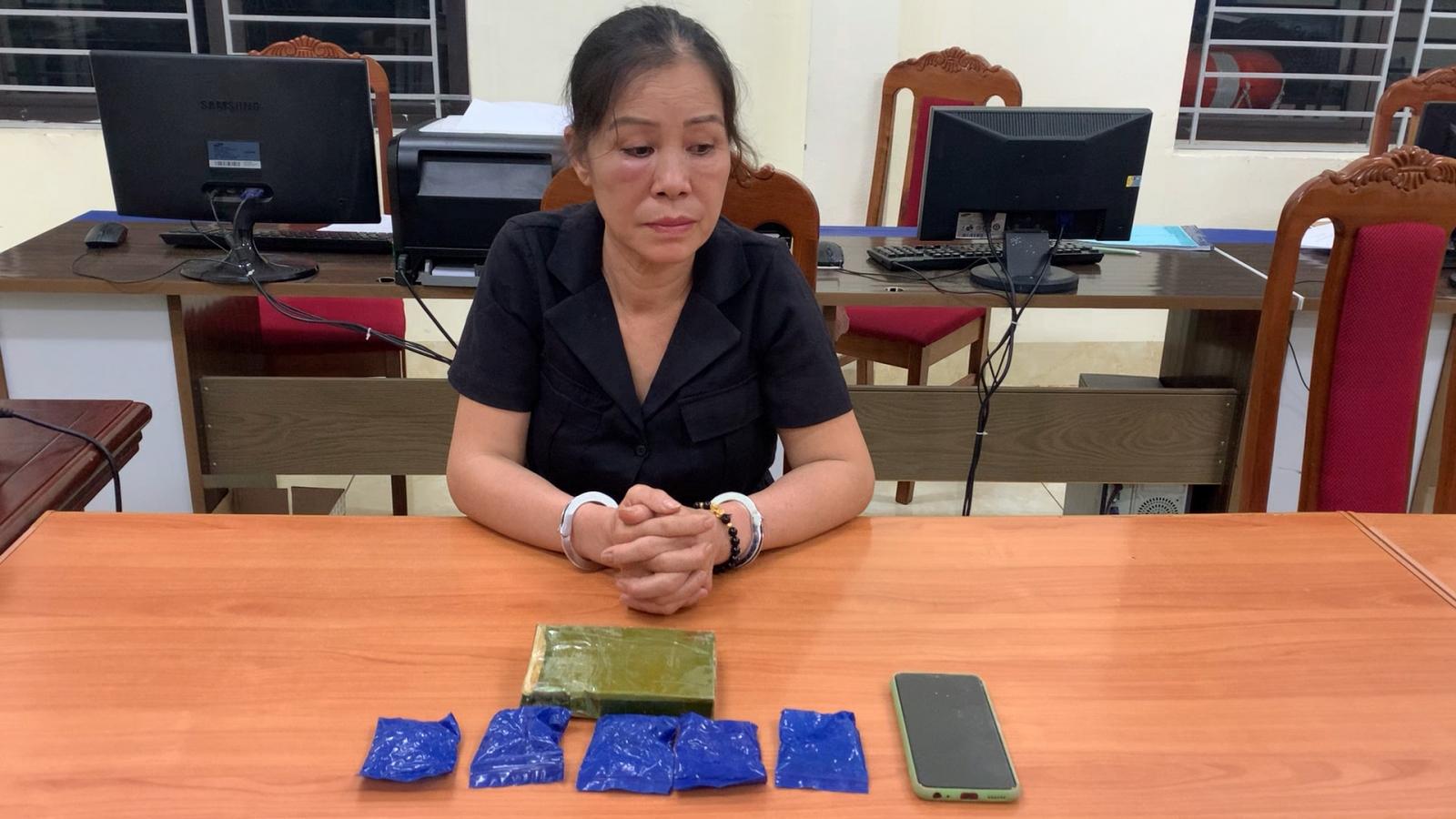 Bắt người phụ nữ U60 vận chuyển heroin và ma túy tổng hợp