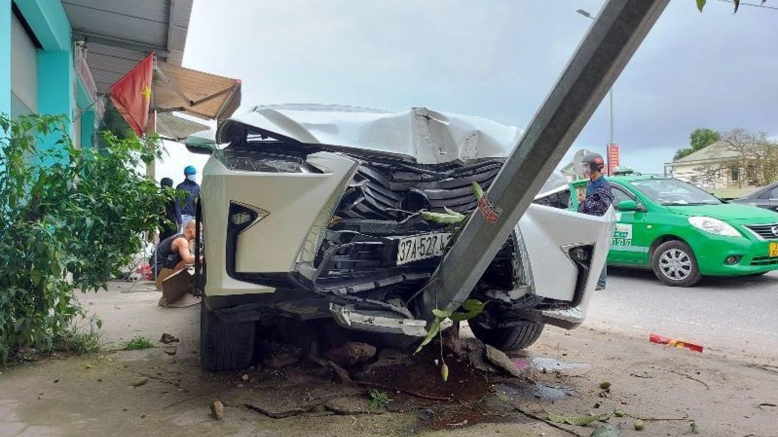 Lexus RX300 va chạm với 2 xe máy trên quốc lộ 1A, 2 người nhập viện