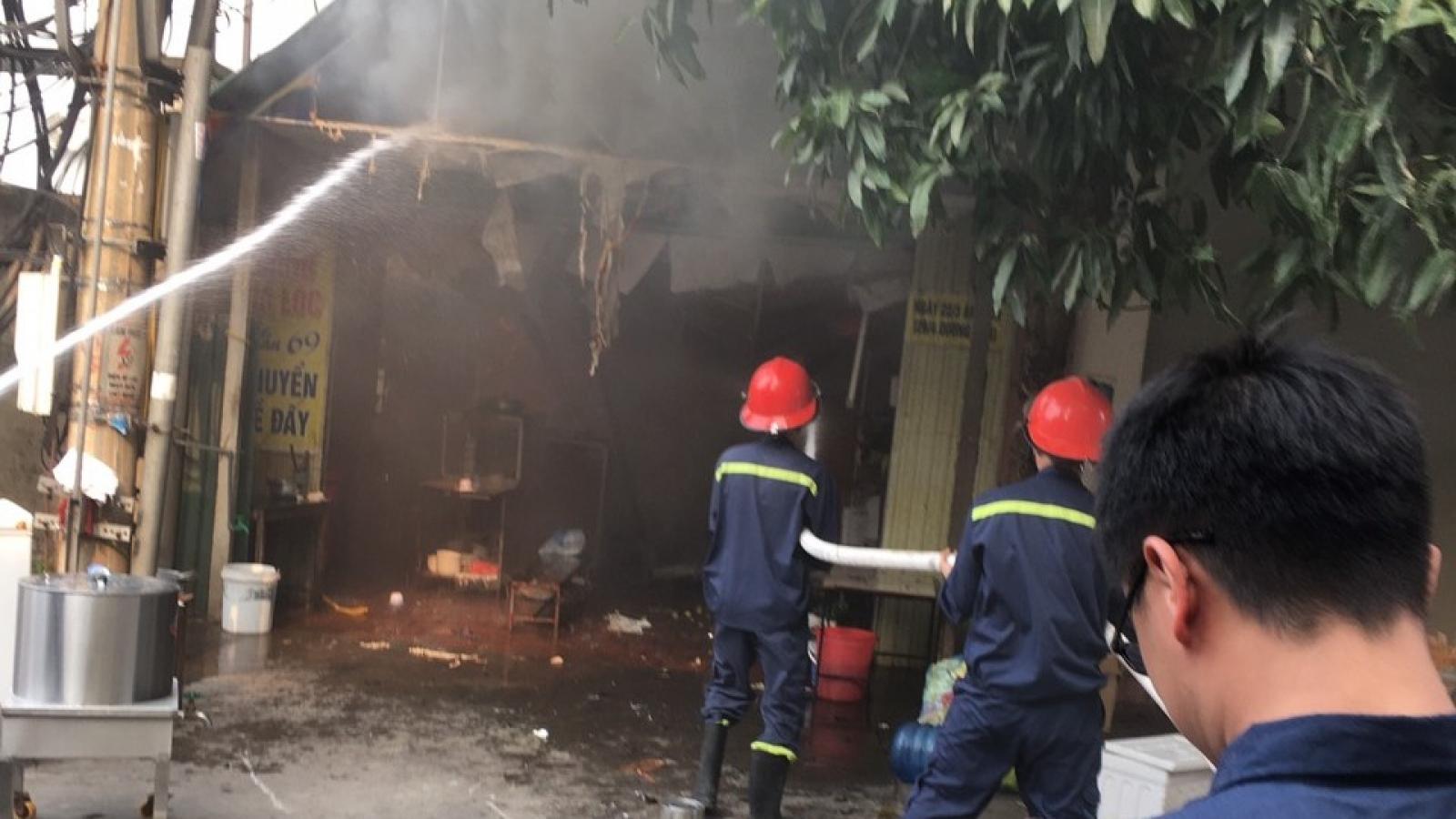 Cháy dữ dội tại cửa hàng bánh canh ở trung tâm TP Vinh
