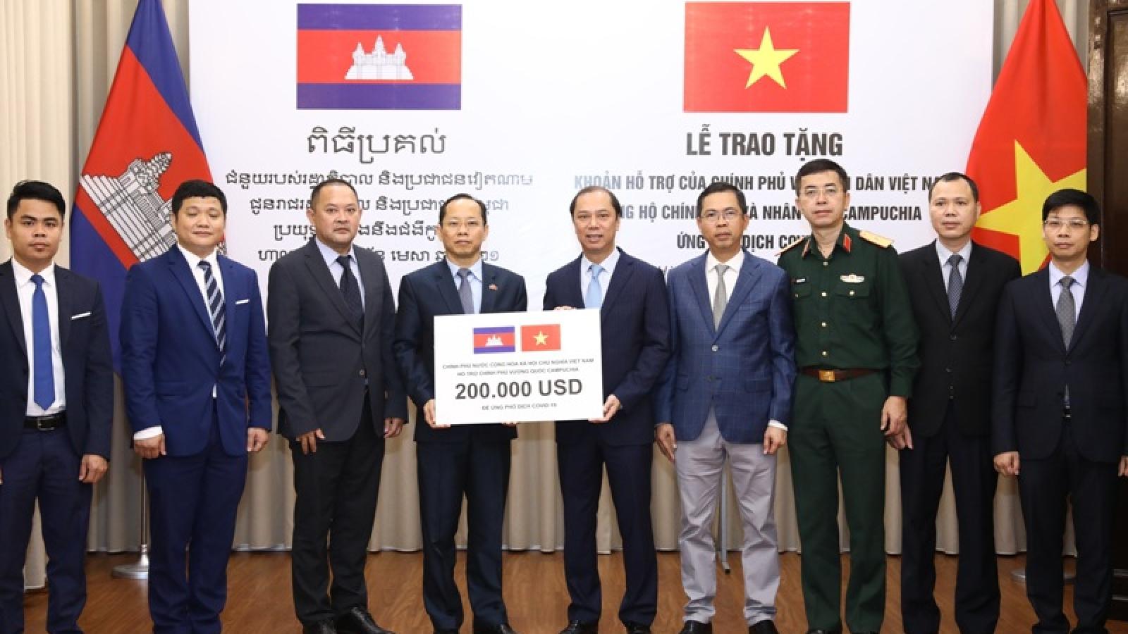 Việt Nam trao khoản hỗ trợ Campuchia ứng phó đại dịch Covid-19