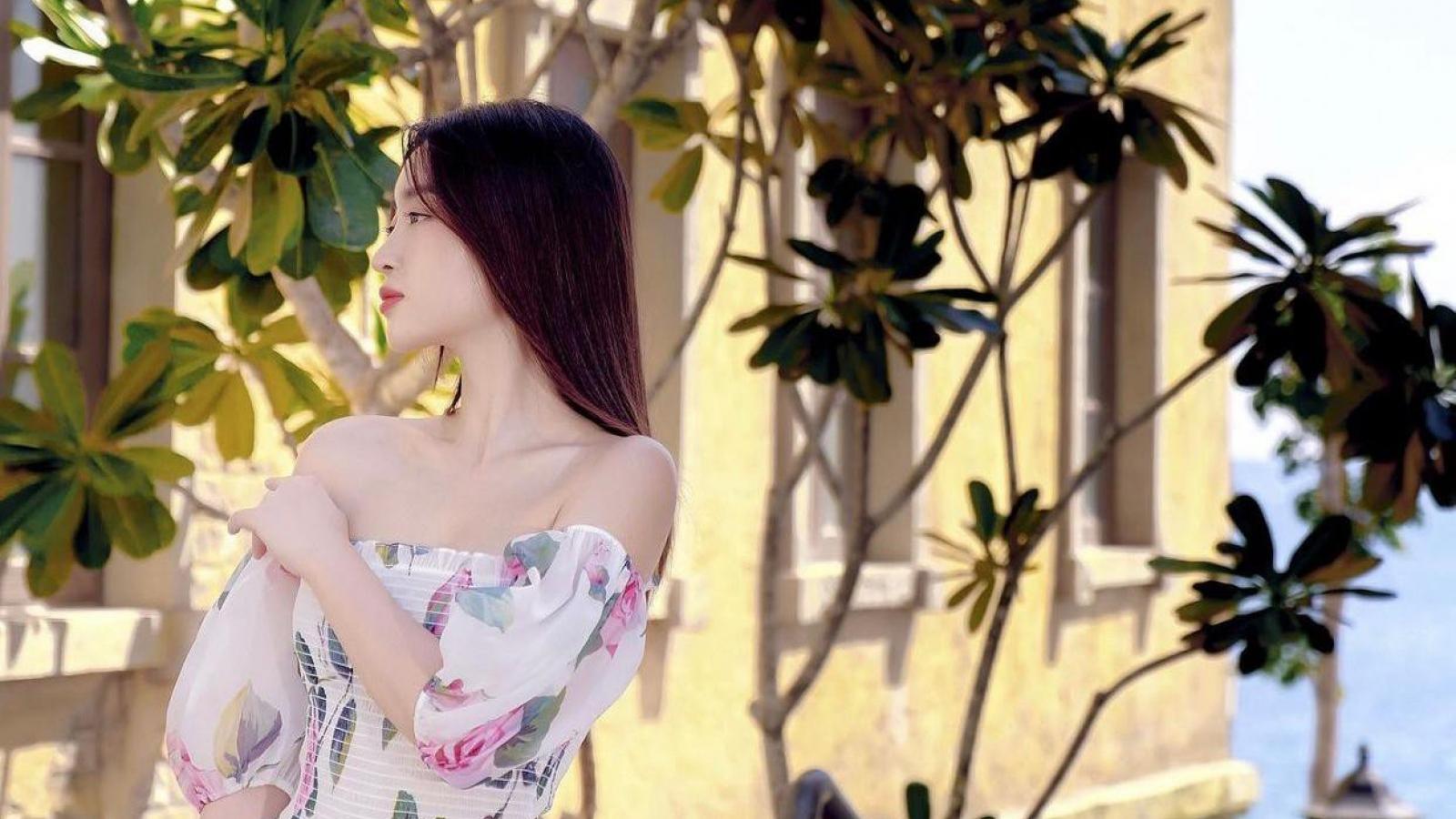 Chuyện showbiz: Hoa hậu Đỗ Mỹ Linh diện váy trễ nải bên bờ biển