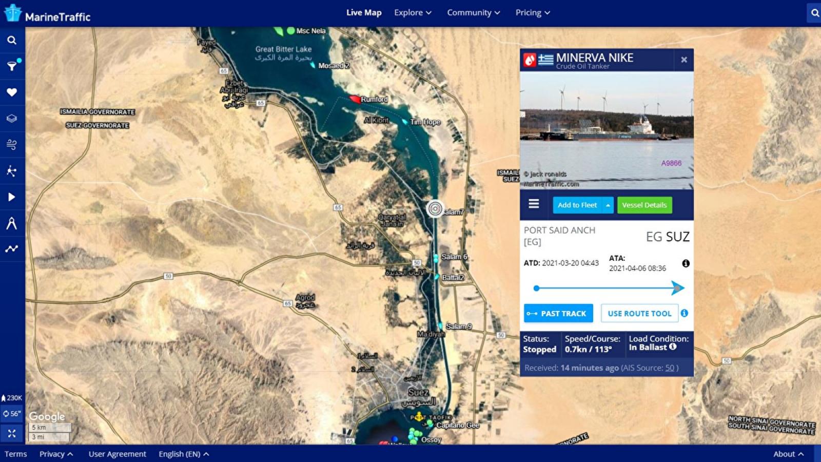 Một tàu chở dầu lại mắc cạn trên kênh đào Suez