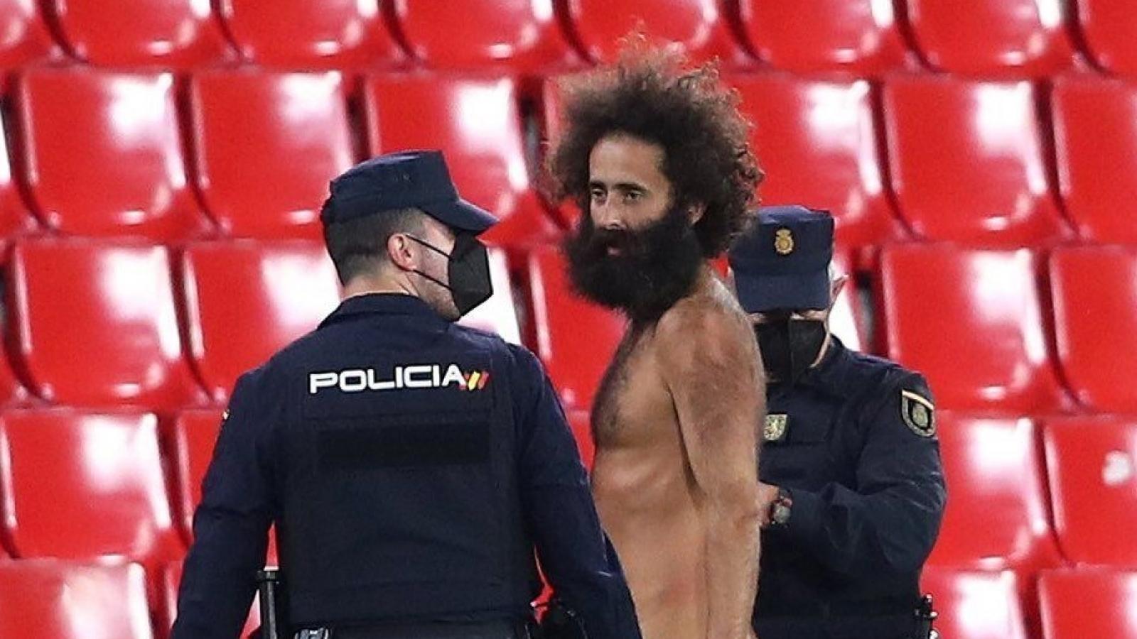 """""""Fan cuồng"""" khỏa thân chạy vào sân trong trận Granada 0-2 MU"""